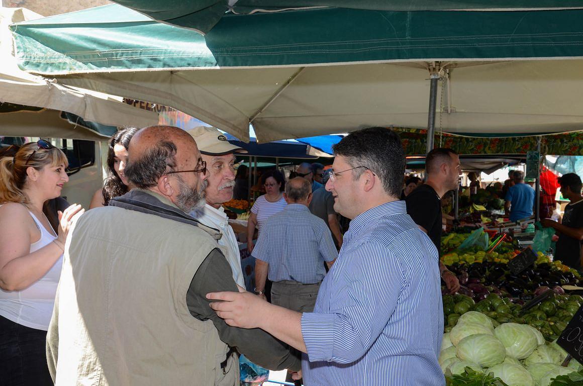 Περιοδεία στο κέντρο των Αχαρνών από τον νικητή της πρώτης εκλογικής μάχης υποψήφιο Δήμαρχο Σπύρο Βρεττό